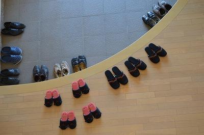 革靴を正しく脱ぐことは靴を傷めないだけでなく、訪問時のマナーとしても重要である。中でも、個人宅へ営業に出る方は革靴を脱ぐことが多いだろう。脱ぎ方で相手を不快